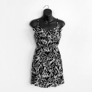 5/$25 🌿 ARDENE Black White Cinched V Neck Dress